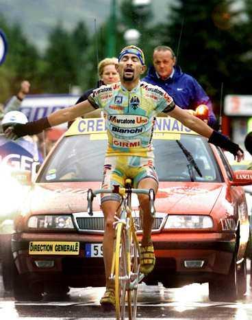 Som Kristus på korset  Marco Pantani i ett av sina största ögonblick när han i juli 1998 vinner en stenhård etapp i Tour de France.