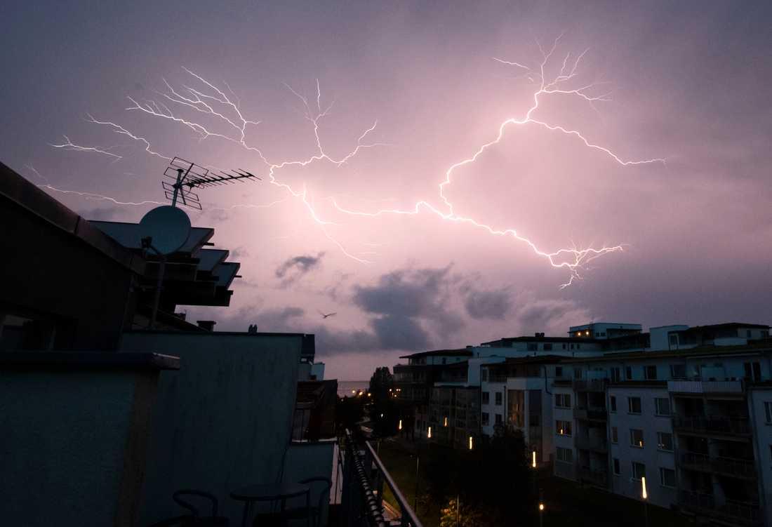 Den höga smäll som hördes på onsdagskvällen i Malmö var eventuellt åska. Tidigare i juni bjöd ett annat åskoväder på ett ordentligt skådespel på Malmös himmel.