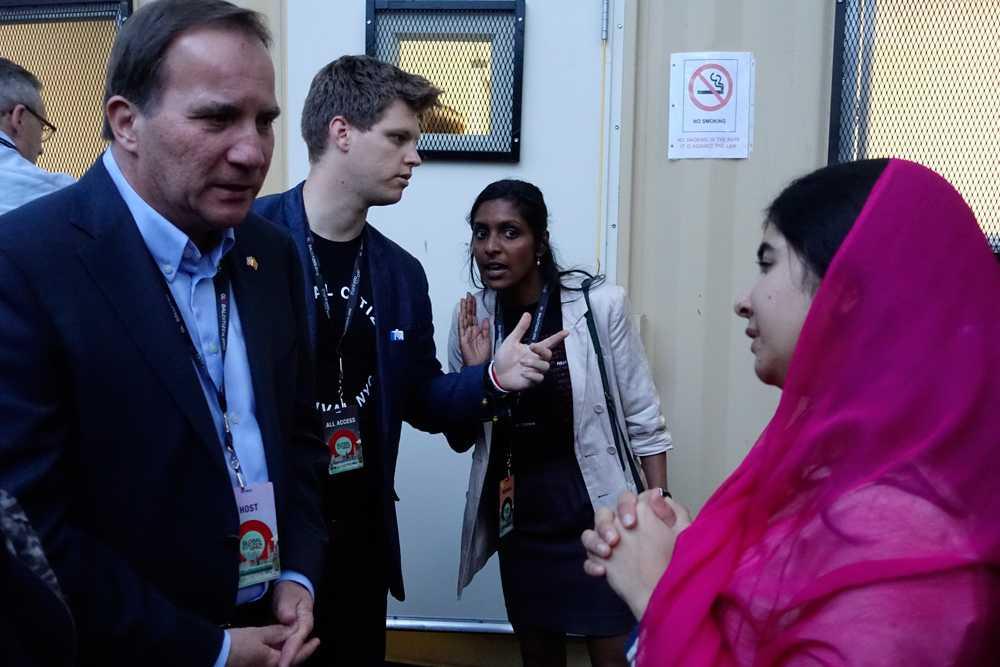 Här träffar han Malala