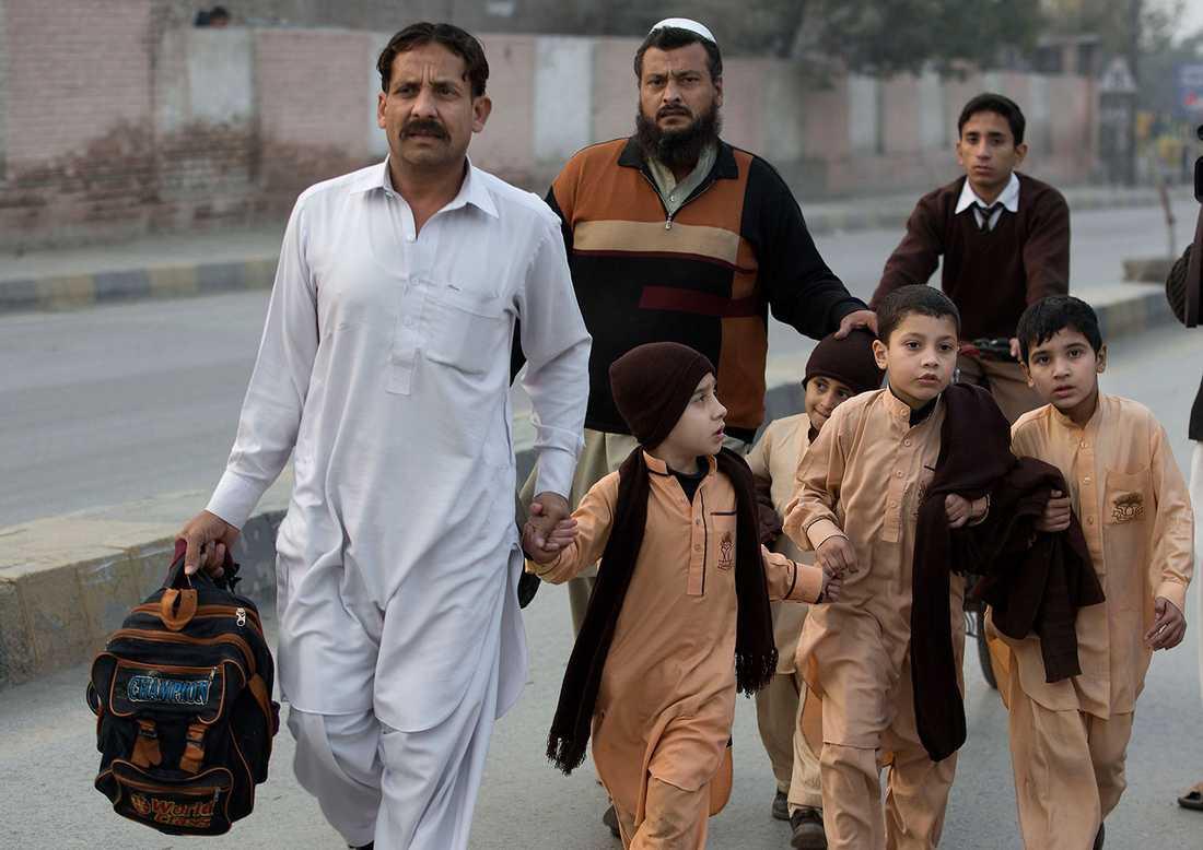 Föräldrar med sina barn efter massakern.