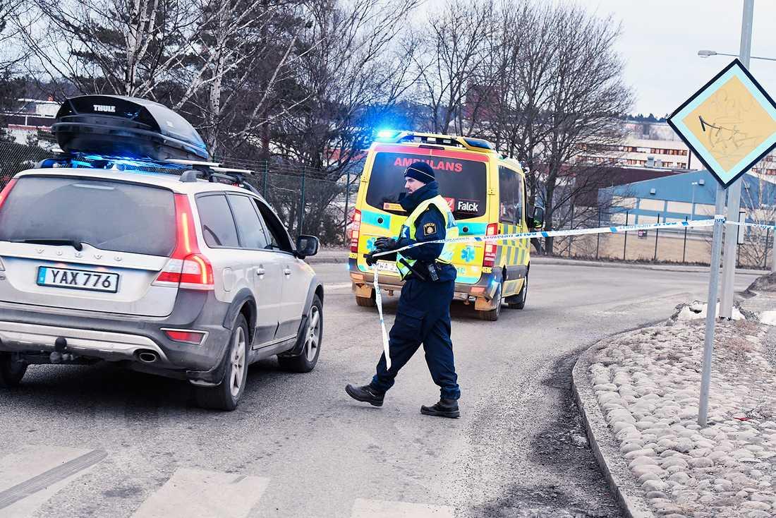 Polis och ambulans vid avspärrningarna i Södertälje.