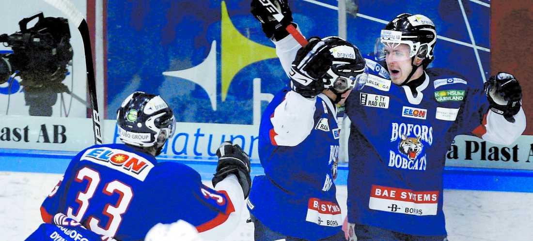 Bofors vann skotten med 50–16 men förlorade matchen mot Växjö med 4–3. Trots det är laget ny serieledare i hockeyallsvenskan.