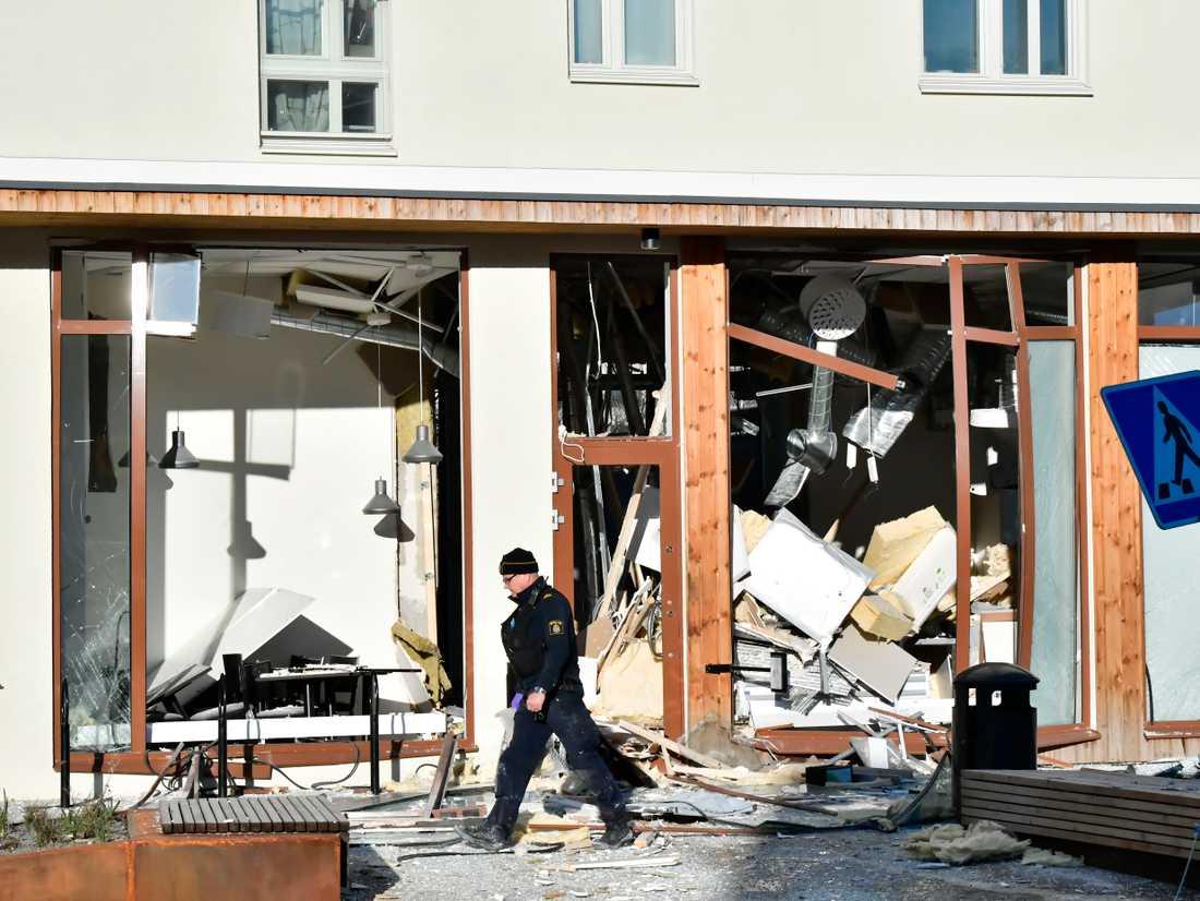 En restauranglokal i Stockholmsförorten Bredäng har förstörts i en explosion.