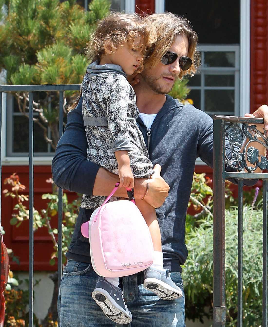 Gabriel Aubrey hämtar upp sin och Halle Berrys gemensamma dotter Nahla från skolan.