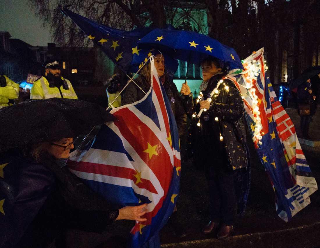 Både för- och motanhängare av brexit fanns på plats utanför parlamentet.