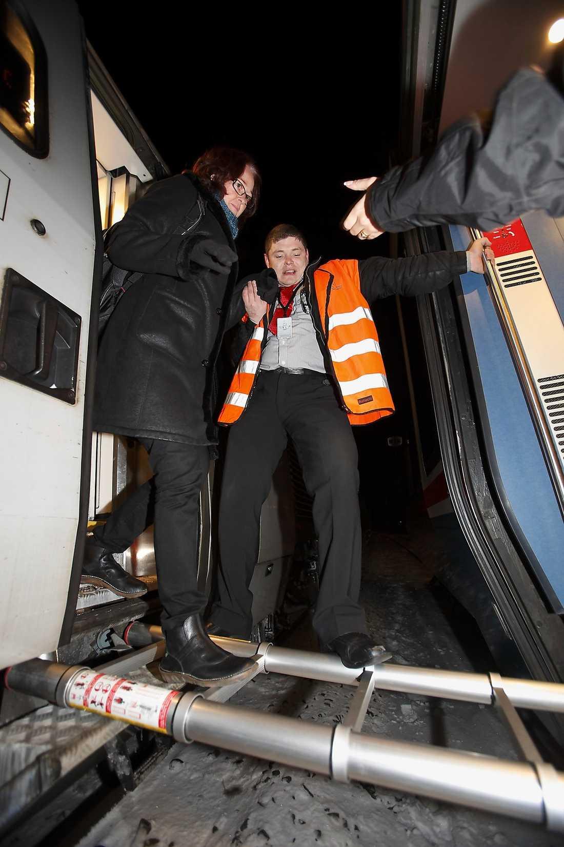 RÄDDAD Passagerare evakueras från ett X2000-tåg utanför Linköping förra vintern.