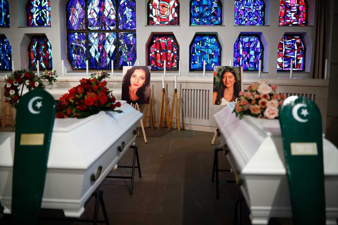 Begravningen för 21-åriga Irma Usto och 20-åriga Elma Usto i Sankt Sigfrids kapell i Göteborg.