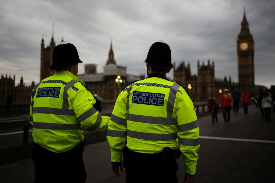 Patrullering i närheten av det brittiska parlamentet. Nu manar Londonpolisen butiker att överväga att ta in extra säkerhetspersonal i den händelse att oro över tillgången på mat bryter ut. Arkivbild.