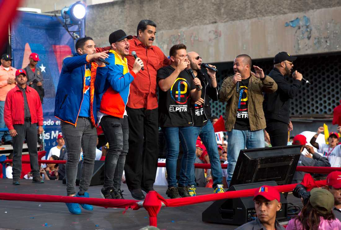 Venezuelas president Nicolás Maduro värmer upp inför söndagens val den 20 maj genom att hoppa omkring på scenen tillsammans med artister under den pågående presidentvalskampanjen.