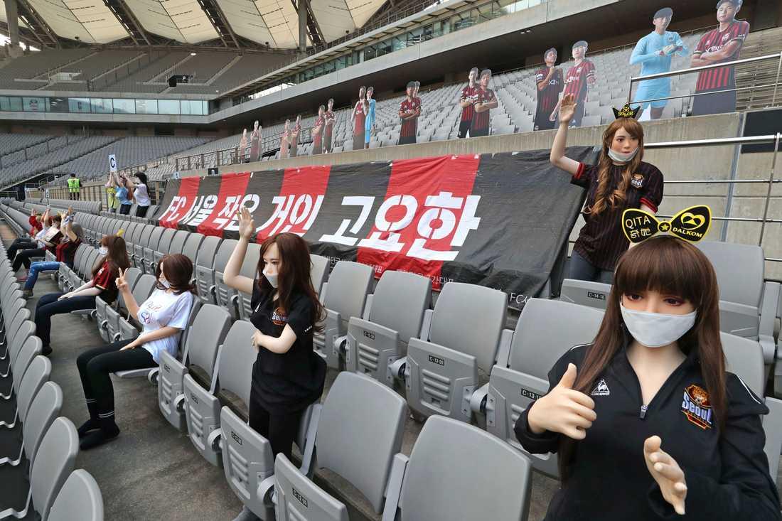 Vissa av dockorna som placerades ut under FC Seouls match mot Gwangju bar t-shirtar eller skyltar med namnet på ett företag som säljer sexleksaker.