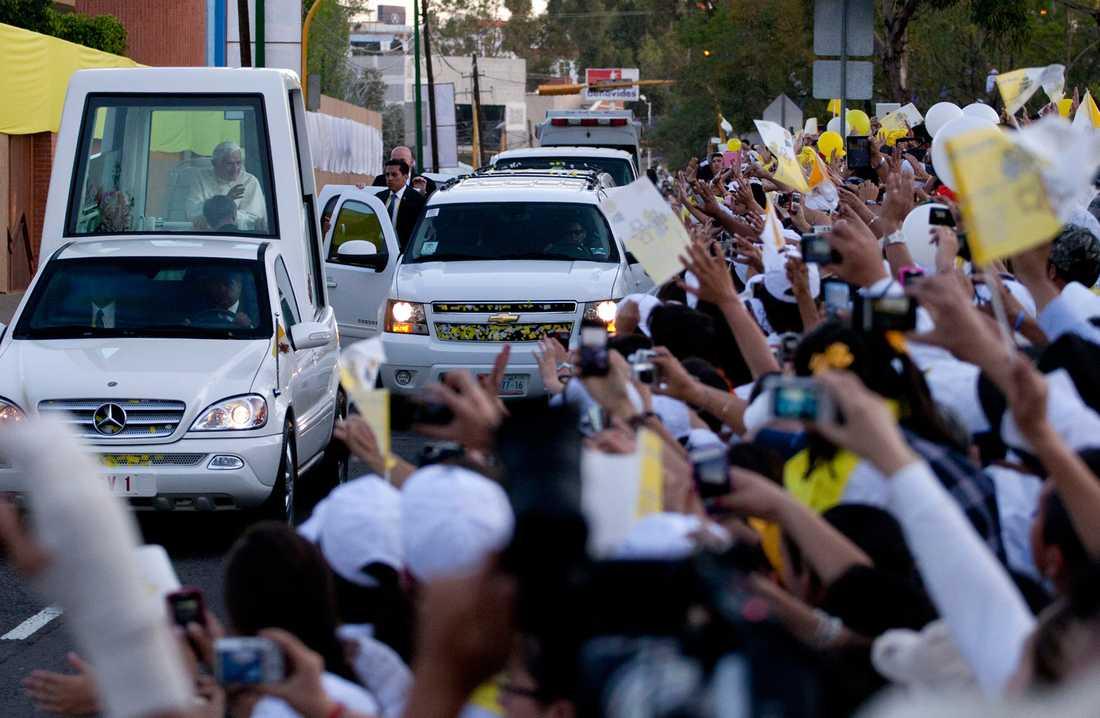 Påven åker bil.