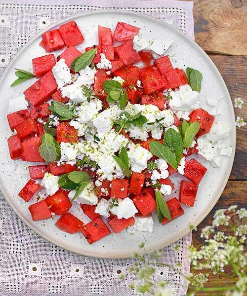 Salt fetaost tillsammans med söt melon blir en härligt fräsch sallad som passar perfekt till grillat.