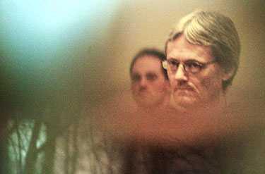 På plats i rättssalen På fredagen inleddes Helénrättegången, här ses den åtalade Ulf Olsson. Bilden är tagen genom fönstret in i rättssalen i Lunds tingsrätt.