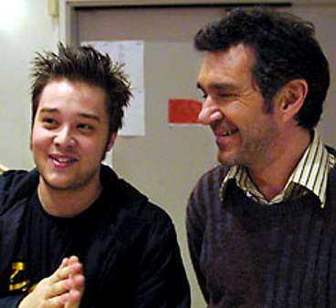 """Kjell Bergqvist tillsammans med """"Hundtrickets"""" regissör Christopher Panov. De båda trivs bra med att filma i norr. """"Det blir mer koncentrerat här"""", säger Kjell Bergqvist."""