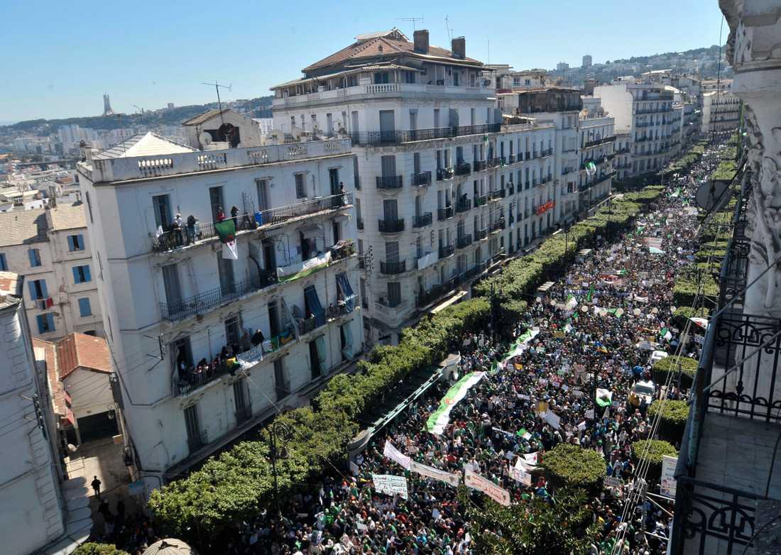Protester i huvudstaden Alger tidigare i mars. Arkivbild.