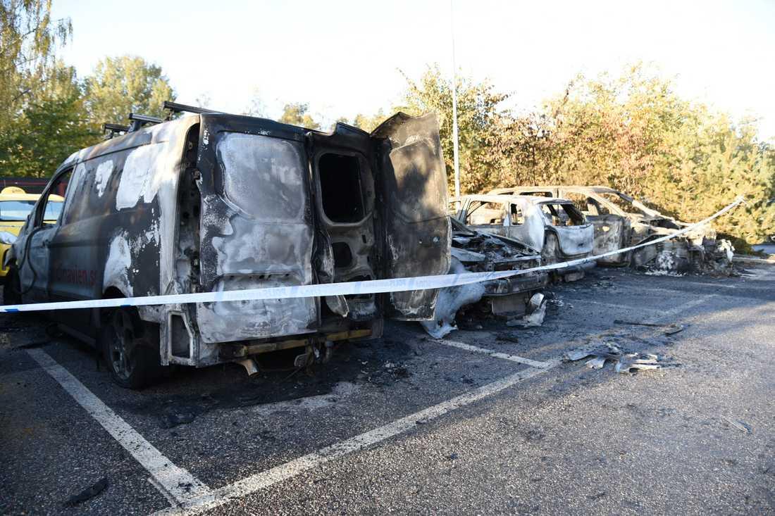 Totalt 19 bilar skadades i flera bränder i området kring Märsta under natten mot måndag.