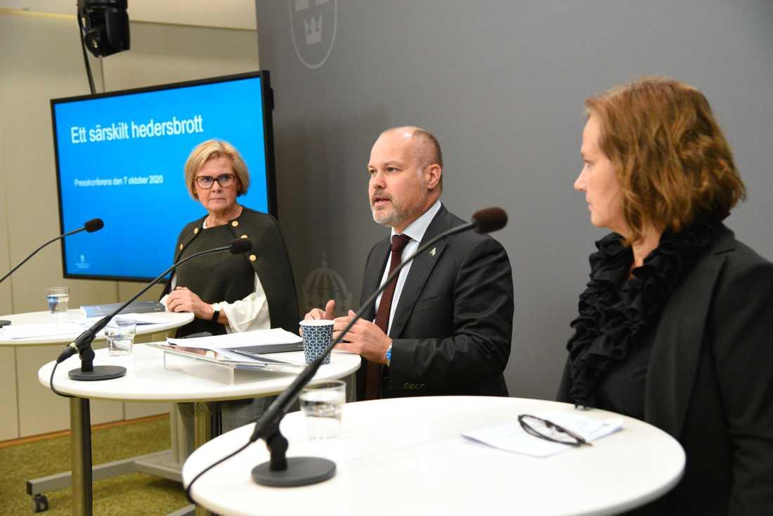 Justitieminister Morgan Johansson tog emot hedersbrottsutredningen av riksåklagaren Petra Lundh till vänster i bild. Till höger Juno Blom, Liberalernas partisekreterare.