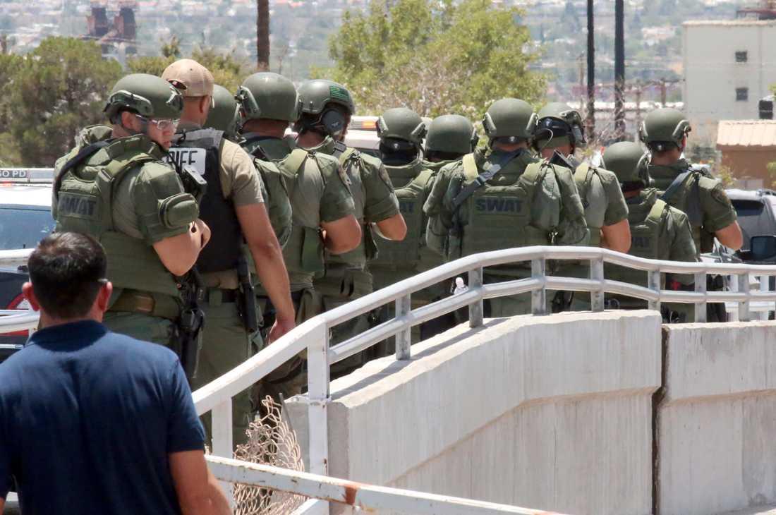 Polis på väg till platsen där en person sköt minst 20 personer till döds i El Paso, Texas.