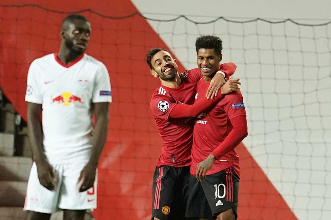Manchester Uniteds Marcus Rashford, till höger, firar med Bruno Fernandes efter 2–0-målet.