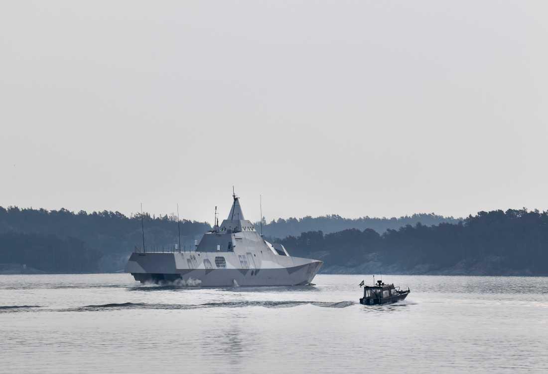 Den svenska militära korvetten Helsingborg på väg till området för den militära ubåtsjaktövningen.