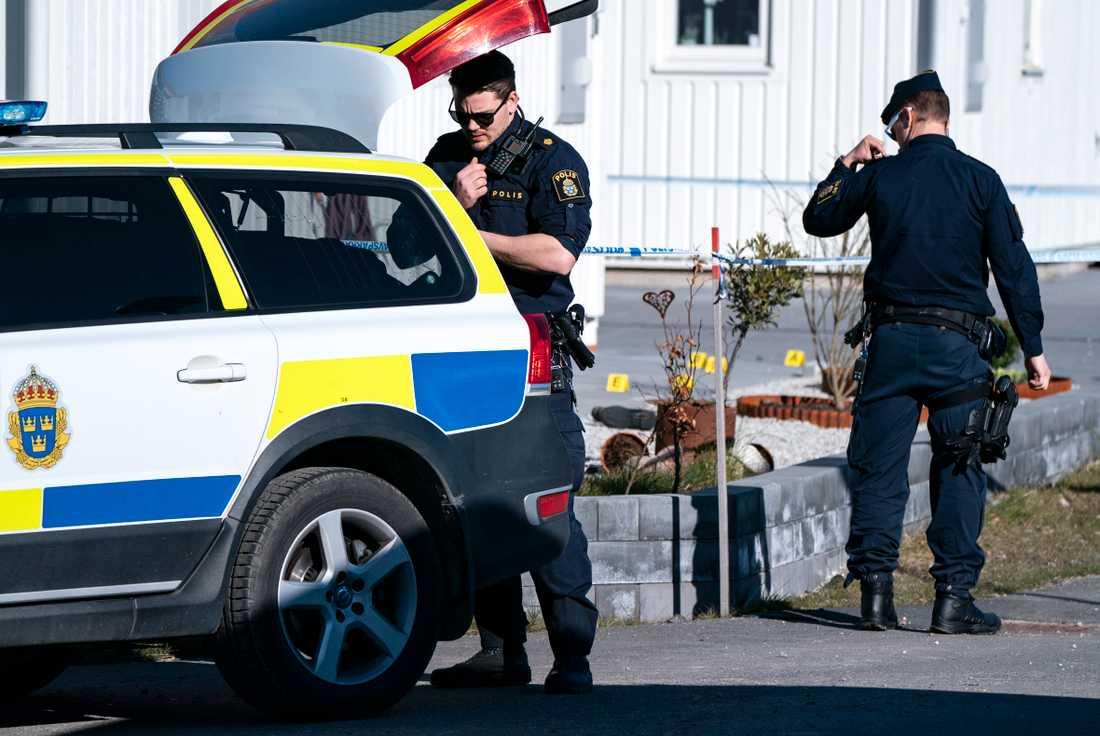 I natt hittade polisen en person skadad och en person avliden i Kävlinge.