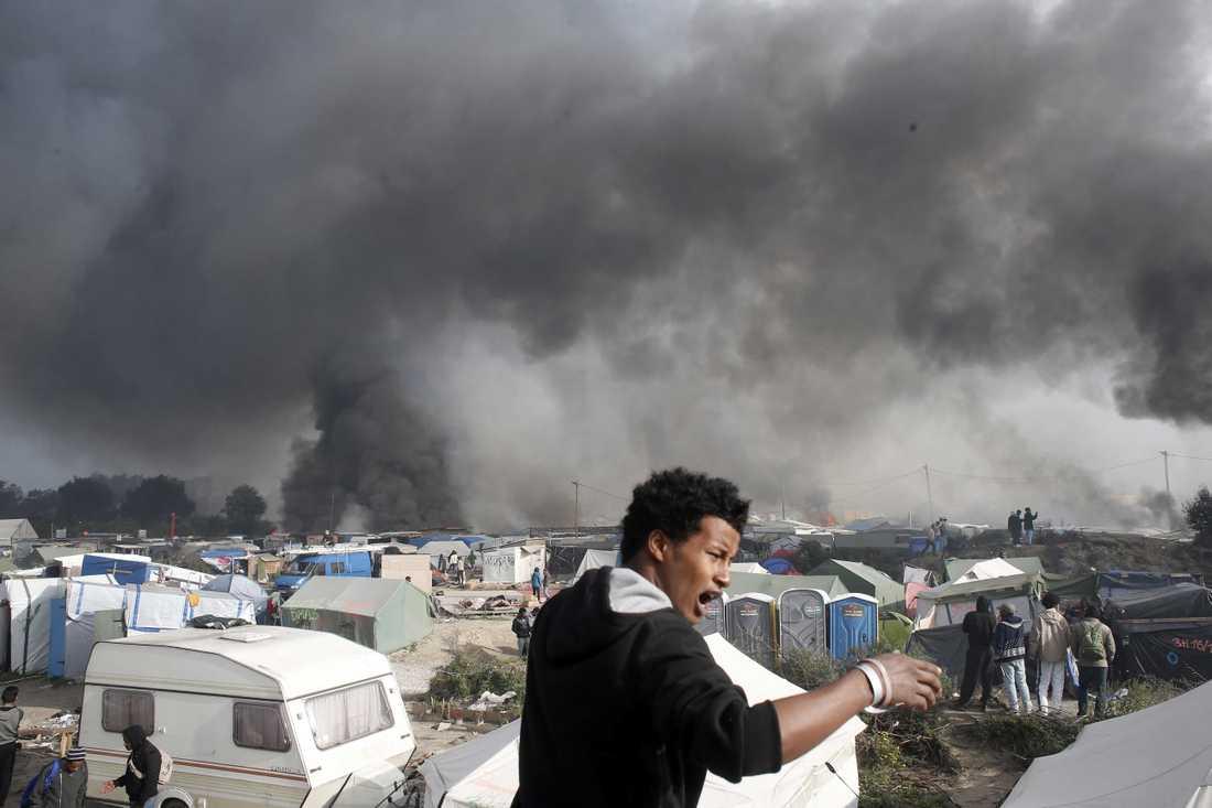 Migrantläger har satts i brand i Calais, Frankrike.