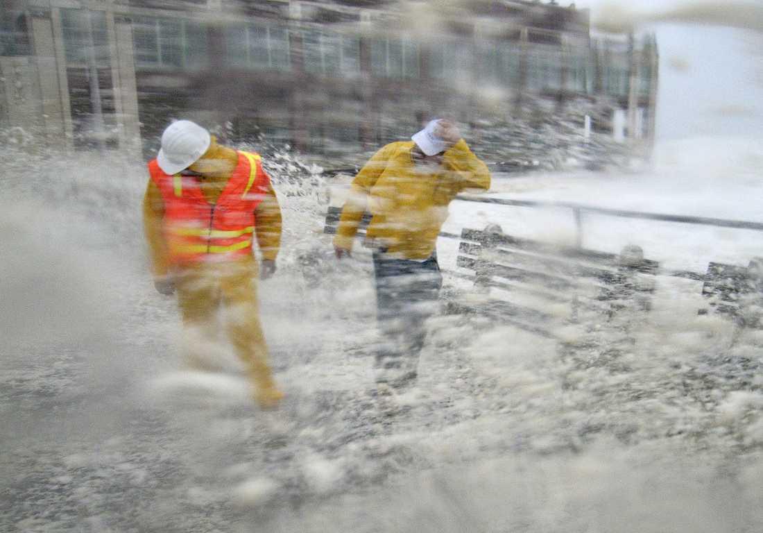 Asbury Park, New Jersey: Brian Grant (till vänster) och Bob Bianchini från gatukontoret skulle göra en säkerhetsinspektion vid Asbury Park – men möttes av stormvågor.