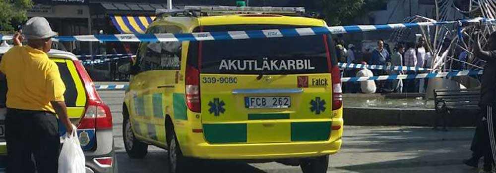 En skjuten person förs iväg med ambulans efter skottlossning på Rinkeby torg.