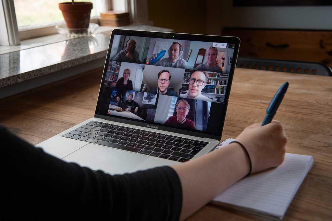 Häng gärna kvar en stund efter mötet och snicksnacka, det vill säga prata om något helt annat än vad som diskuterades på mötet, tipsar psykologen Johan Waara. Arkivbild.