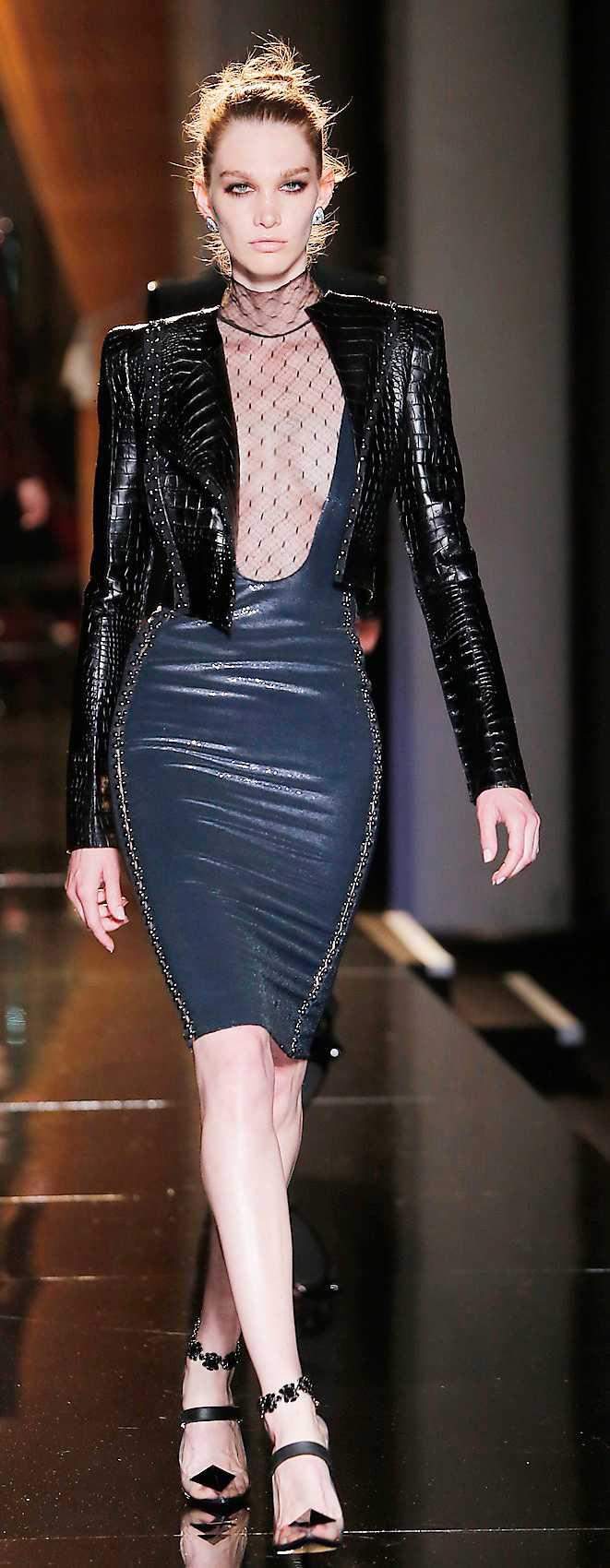 PUNK Versace, Saint Laurent och Junya Watanabe är några av alla de stora modehus som plockat upp säsongens hetaste trend – punk. Gå all in och kör punk från topp till tå, eller bryt av en klassisk, basfärgad, outfit med punkelement som en jacka eller accessoar. Här Atelier Versace.