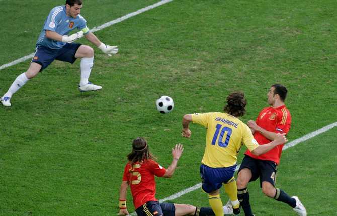Zlatan gjorde även mål mot Spanien i den andra gruppspelsmatchen i EM 2008. Här har han fintat bort Sergio Ramos och skjuter bollen förbi Iker Casillas.
