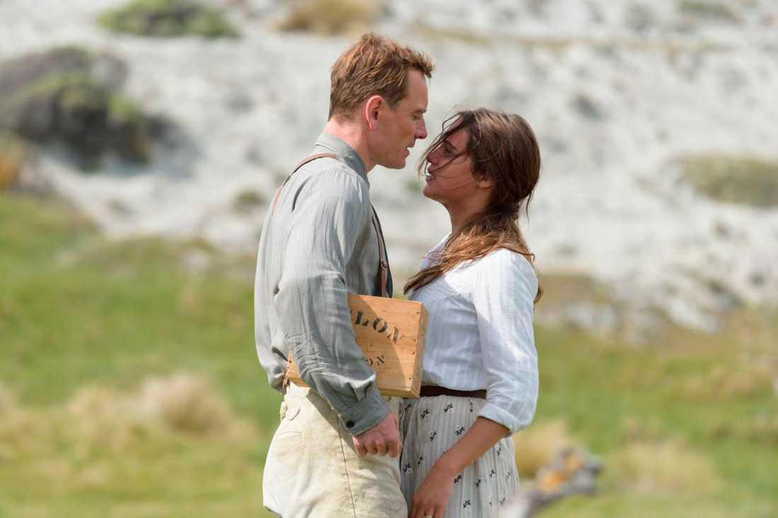 """Alicia Vikander och Michael Fassbender blev ett par när de spelade gifta i filmen """"Fyren mellan haven""""."""