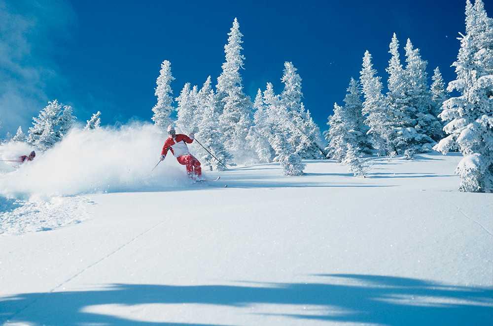 Snön ligger djup på flera skidorter under sportlovet.