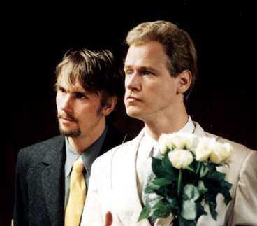 """KILLINGGÄNGET Jonas Inde är en av medlemmarna i Killinggänget. Överst syns han med Robert Gustafsson i """"Torsk på Tallinn"""". Under är han tillsammans med Henrik Schyffert i """"Fyra nyanser av brunt""""."""