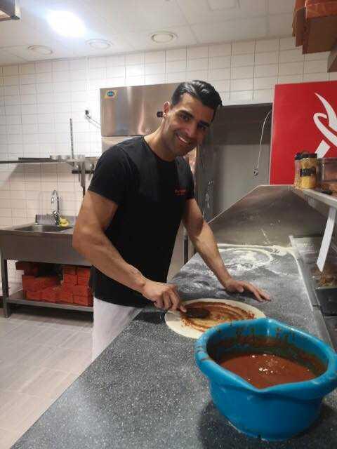 Bishwan Garib driver pizzerian med sina bröder.