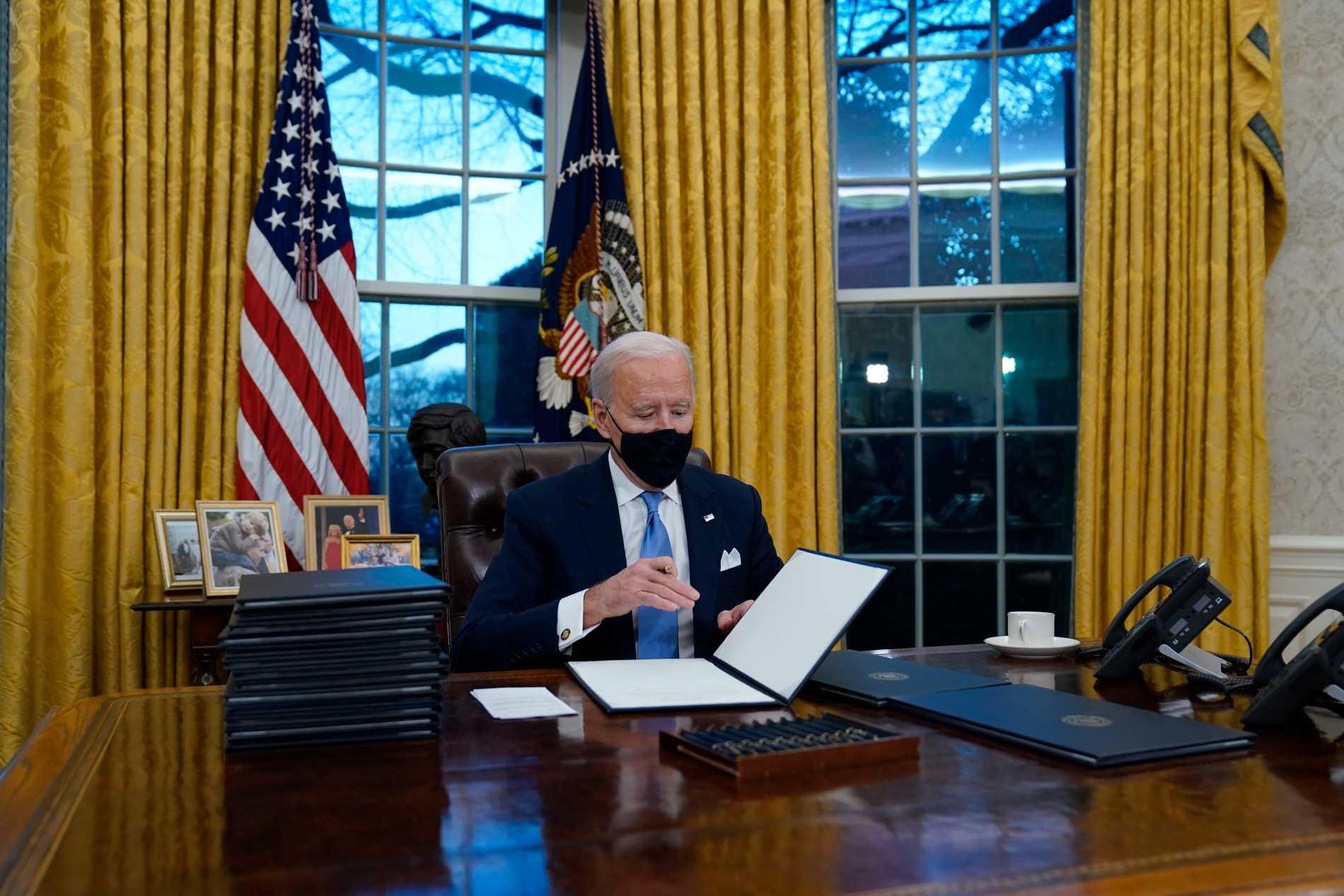 Joe Biden den 20 januari då han signerade sina första beslut som nytillträdd president.