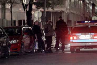 En kvinna i 30-årsålkdern attackerades av två män vid S:t Görans gymnasium på Kungsholmen natten till i går. Kvinna våldtogs under knivhot - med en pinne.