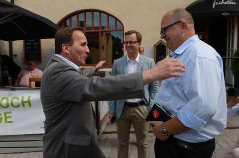S-ledaren Stefan Löfven ger LO-ordföranden Karl-Petter Thorwaldsson en stor kram.