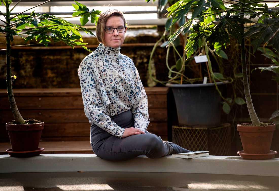 """Sara Trygg är furiren som älskade sitt jobb inom Försvarsmakten men som uppger att hon utsattes för övergrepp och kränkningar. Nu bryter hon tystnaden med debutboken """"Kapten Kastrull"""" för att ge fler mod att berätta och säga ifrån."""