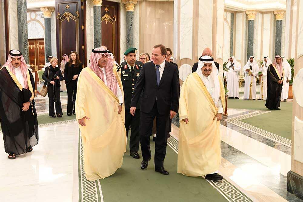Statsminister Stefan Löfven i sällskap med Riyadhs guvernör Faisal bin Bandar Al Saud (t h) på väg in till lördagens möte med kung Salman bin Abdul Aziz i Saudiarabiens huvudstad Riyadh.