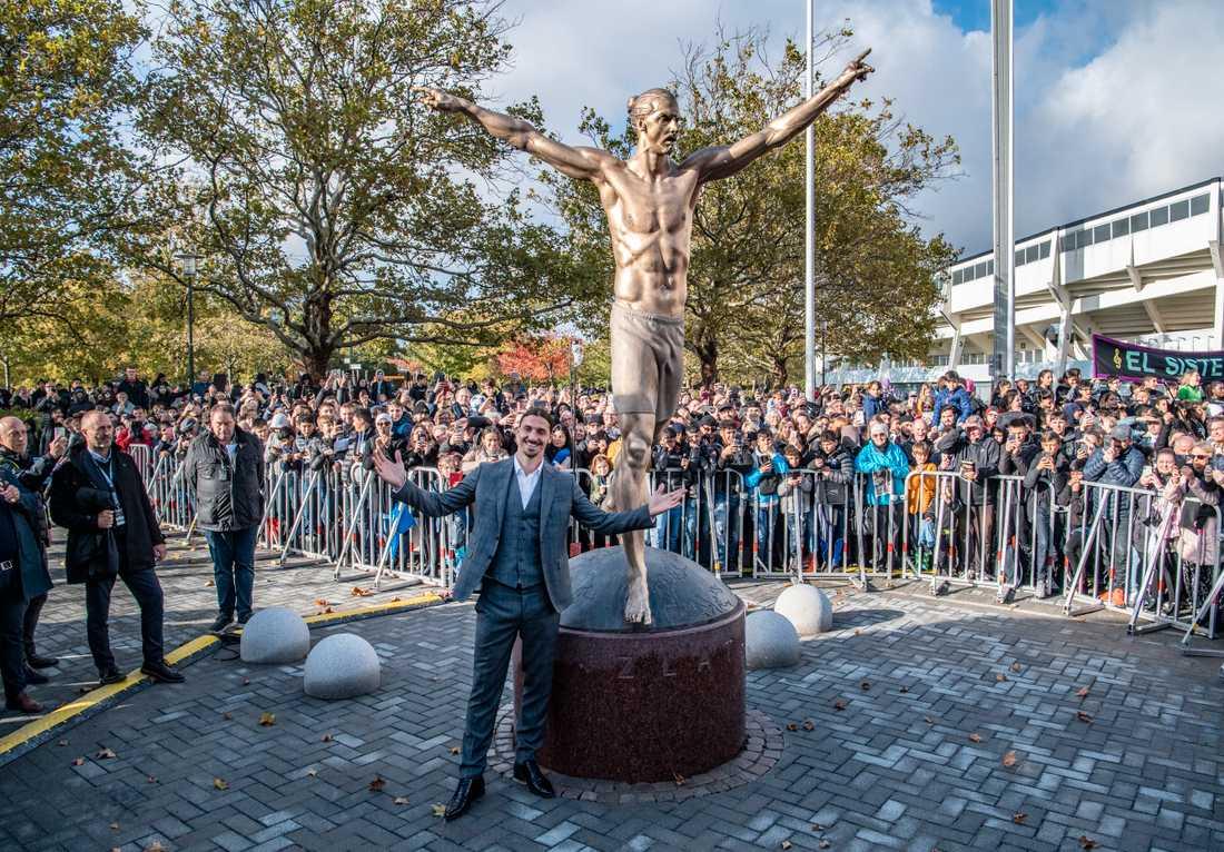 Zlatan framför statyn.