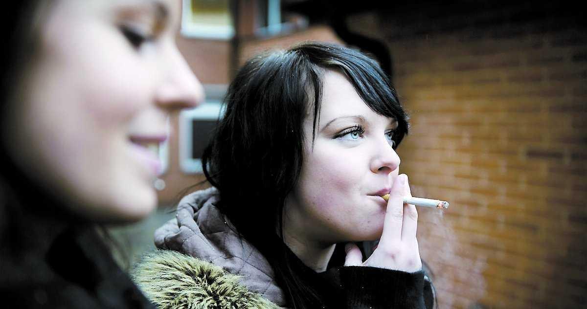 """Lisa Stein, 17, började röka när hon gick i nian. Och hon tänker fortsätta, trots att halva studiebidraget går åt och trots att bästisen Izabelle, till vänster, fimpat för gott. """"Jag slutar om jag blir med barn någon gång"""", säger Lisa."""