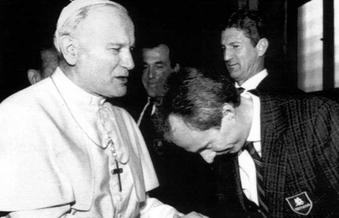 Under sin tid i Italien fick Svennis träffa numera avlidne påven Johannes Paulus II.