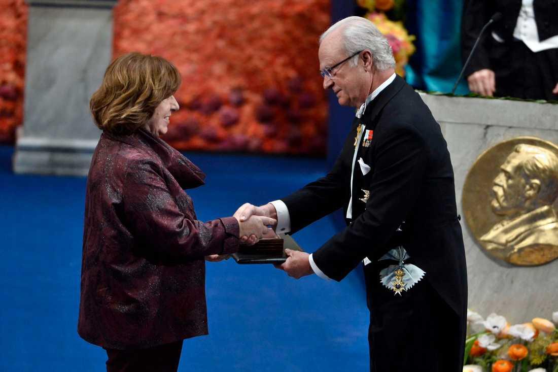 Svetlana Aleksijevitj tar emot litteraturpriset från kung Carl Gustaf vid nobelprisutdelningen i Konserthuset i Stockholm på torsdagen.