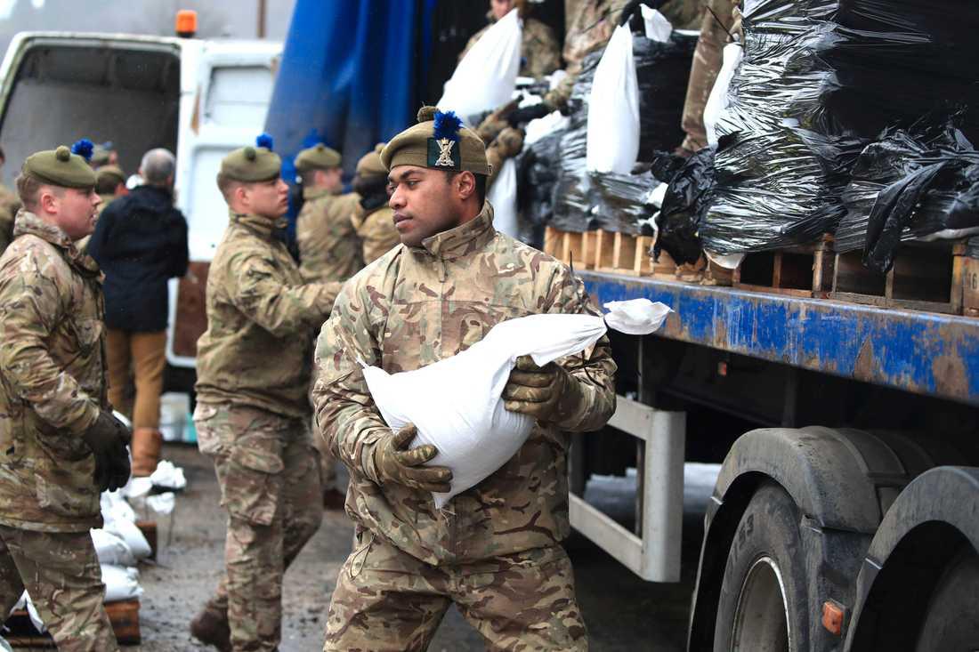 Soldater har satts in för att bygga översvämningsskydd i Mytholmroyd i West Yorkshire.