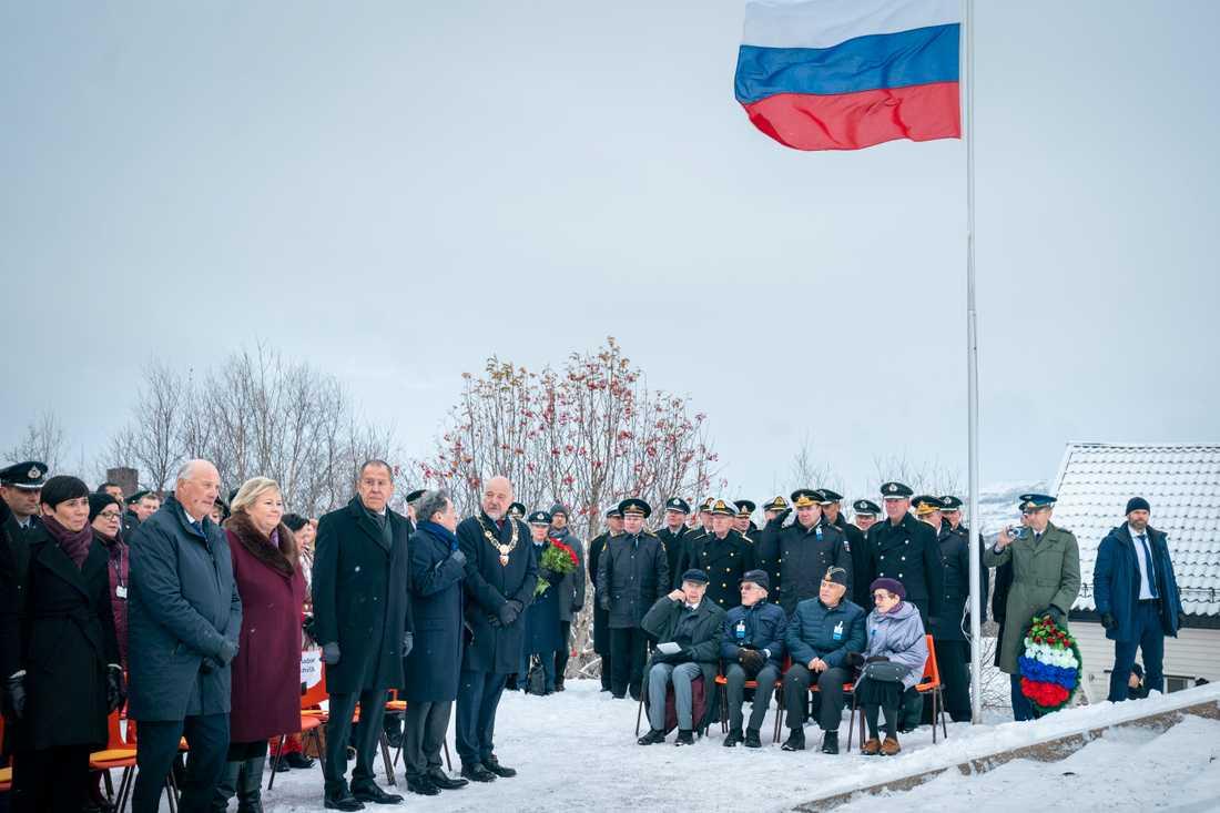 Norges utrikesminister Ine Eriksen Søreide, kung Harald, statsminister Erna Solberg och Rysslands utrikesminister Sergej Lavrov närvarade vid minnesceremonin i Kirkenes.