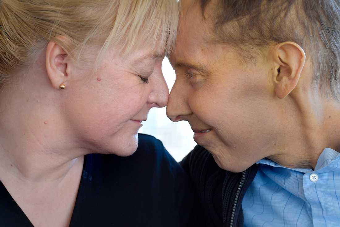 """Johan Liljebo och hustrun Therese har tillsammans valt att fokusera på allt positivt som hänt under det tunga året med cancerbehandlingarna. """"Jag har haft turen att träffa en bra kvinna, vi har varit ett bra team."""""""