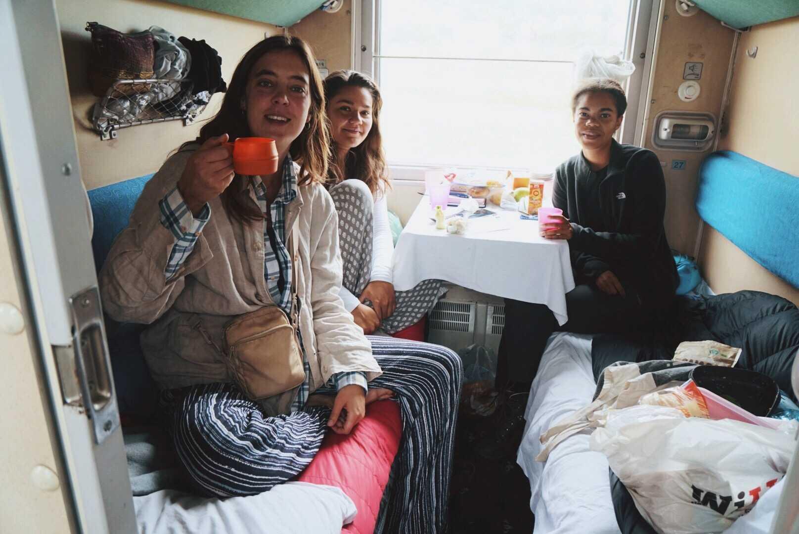 Sandy är sällan ensam när hon reser. Här med två danskar som hon träffade på tåget.