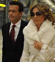 Efter två månader tillsammans friade Fabrizio Politi till Geri Halliwell. Hon sa ja och fick en ring värd 2,5 miljoner.