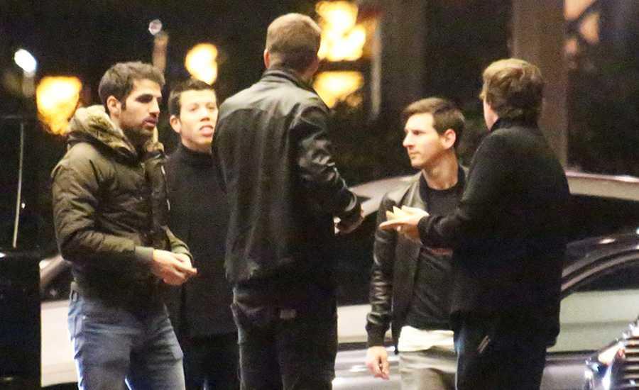 Fabregas, Pique och Messi utanför tidigare casinobesöket.